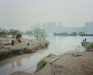 Sortie des eaux de ruissellement de la ville vers le Yangtzé. District de Jiangbei, Chongqing. Chine, Décembre 2017.