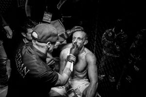 As the fight ends with a technical knockout, the Italian Marco Manara, defeated, is treated by the cutman, who monitors hiscondition and tampons his wounds.
