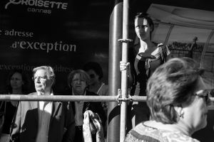 fans try to catch a glimpse of the actors walking up the red carpet, 2014  © Alison McCauley