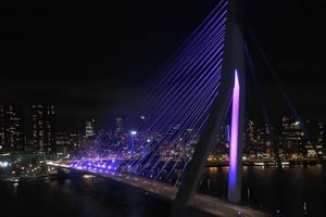 Friday 9:27 pm.  Night has fallen and the bridge is now illuminated fully. Colored light is used only on special occasions.  Just for this evening the color of  the led- lighting had been  shifted to magenta, to raise sympathy for the suffering of preemies (premature babies).