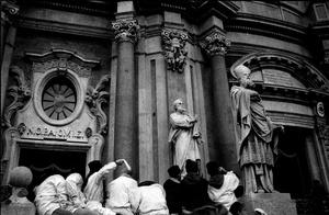 In segno di saluto alla Santa si agitano dei fazzoletti bianchi.