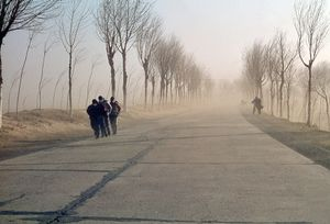 1967. On the road from Tianjin to Pekin. Sandstorm coming from the Gobi desert. © Solange Brand