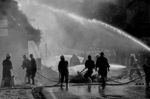 2 - Sono arrivate altre squadre di pompieri in soccorso.