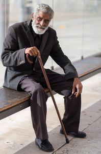 wartender alter Mann in Lissabon