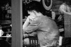 Jeune homme(Vitrine d`un café)
