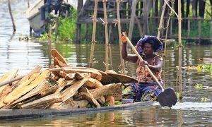 Heavy boat - Ganviè (Benin)