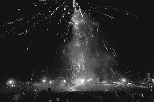 Balloon displays often incorporate fireworks which fall back to the ground as the balloon rises. Accidents are frequent and there are  ambulances and fire fighters on stand-by around the field.