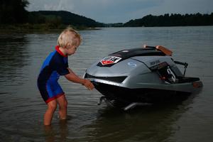 Jeune participant lors du concours d'une course à moteurs sur le lac de Gruyère