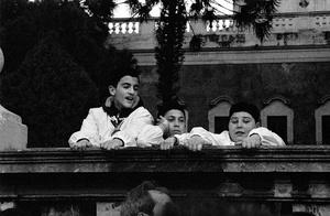 Bambini attendono l'uscita della Santa dalla Cattedrale