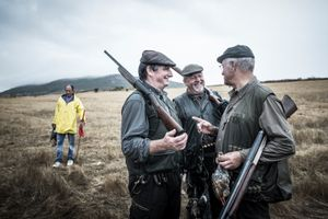 Fernando Melo Gomes, Jacinto Amaro and Constantino Reis in conversation at the end of a day of hunting. © Antonio Pedrosa