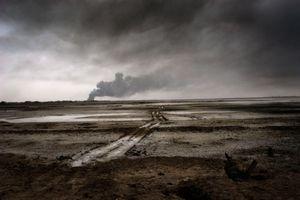 Bassora village burns during the USA invasion in Iraq, 2003 © Paolo Pellegrin