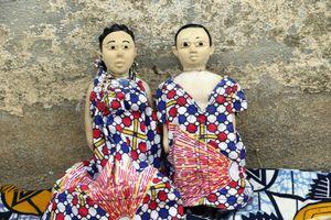 Jumeaux bien habillés pour la fête des jumeaux