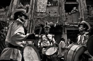 A band at a wedding. Shakhari Bazaar, 2006. © Munem Wasif