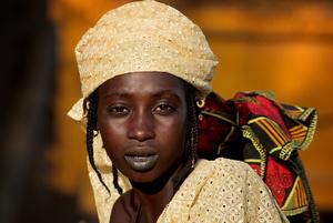 Fulani or peul woman returning from  the market in Mopti - Mali