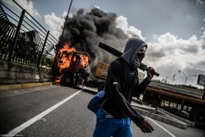 VZLA BETWEEN THE SWORD AND THE WALL.