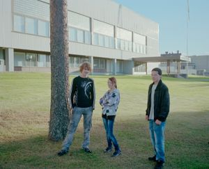 "Teenagers posing. From the exhibition ""Kainuu"" © Jussi Sarkilahti"