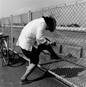 Woman passing the wire netting ( From Tokyokey )