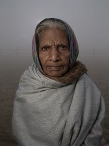 Femme en pèlerinage durant la Kumbh Mela