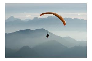Planeur solitaire en plein vol par dessus de la Gruyère.