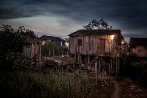 A stilt house in the favela known as 'Invasão dos Padres'. The stilts, which prevent the houses from flooding during the rainy season, will be useless in the future due to the increased capacity of the Xingu caused by the dam.  © Dario Bosio/Parallelozero
