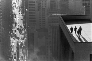 Men on a Rooftop, Sao Paulo, 1960. Burri brings the four men on the flat roof of a skyscraper closer by using a telephoto lens. The long-range, vertigo-inducing view and the simultaneity of the different elements contribute to the effect of the composition. © René Burri / Magnum Photos