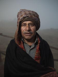 Pèlerin hindouiste dans la brume