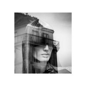 portrait de femme dans la ville - réflexion/reflection 5
