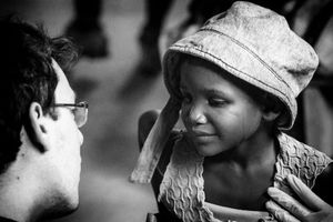 A Mozambican girl being supported by an NGO volunteer. According to UNICEF data (2010), one in two Mozambican children suffers from chronic malnutrition and this is responsible for 15% of infant mortality.