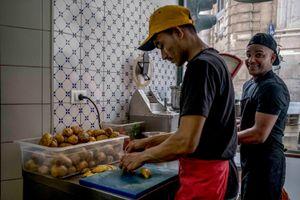Ragazza Harraga al lavoro in un locale del centro di Palermo