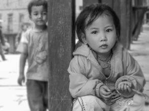 Noora Elkoussy Nepal Portrait_Boy Spies Girl
