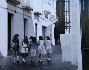 Schoolgirls, Arcos © Eric Blau