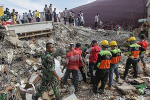 Indonesian authorities with volunteers searching earthquake victims during the search and rescue operation at the collapsed building in Pidie Jaya, Aceh province, on December 10, 2016.