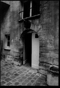 Courtyard, 12, rue Chapon, 1998,  © Christopher Rauschenberg.