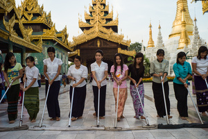 Cleaning the Shwedagon Pagode