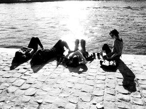 Le bain de soleil des inconnues sur le quai Henri IV