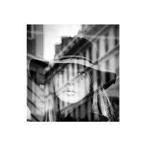 portrait de femme dans la ville - réflexion/reflection 6