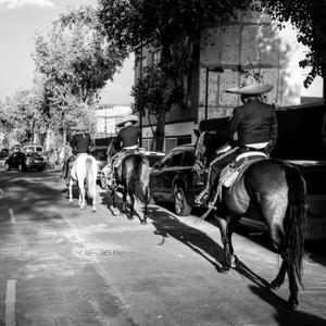 Entre carros a caballo...