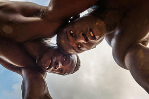 Two wrestlers train at Balla Gaye's school. The fighters try to pack each other on the legs, to unbalance the opponent, what leads to similar positions and movement patterns like wrestling matches in other countries.