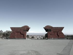 The Sardarapat memorial commemorates the 1918 battle that occurred at this location, 40 km away from Yerevan. Armenian troops won against the Ottoman army. The two winged bulls symbolize the strenght, unity and survival of the Armenian people.