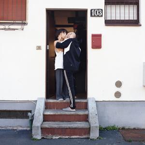 Greta kissing her boyfriend on her frontdoor