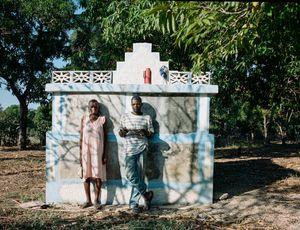 """Guito Casamajor (40) et Carmen Casamajor (59) - Aquin, Haiti - Qui repose dans ce tombeau? Ma maman, ma tante et ma petite soeur ainsi que ma belle-fille - Pourquoi aimez vous aller sur cette tombe? """"pour penser aux morts, réfléchir..."""" - Qui a dessiné ce monument? c'est mon mari Roger Joseph qui l'a dessiné en 2004"""