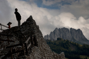 Touriste sur les ruines de la Ballavuarda.