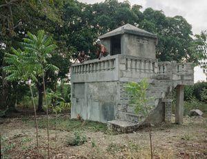 """Thomas Bressier (42) et Delima Bressier (33) - Aquin, Haiti - Qui repose dans ce tombeau? Mon père, ma grand-mère et ma tante - Pourquoi aimez vous aller sur cette tombe? """"Quand il y a beaucoup de chaleur, on aime se poser là-haut"""" - Qui a dessiné ce monument? Boss Solide (maçon de la famille) fin 2010"""